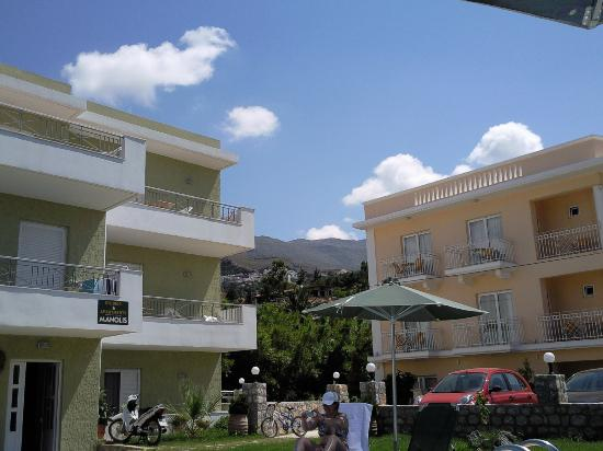 Manolis Apartments : Looking up into the mountains from the pool