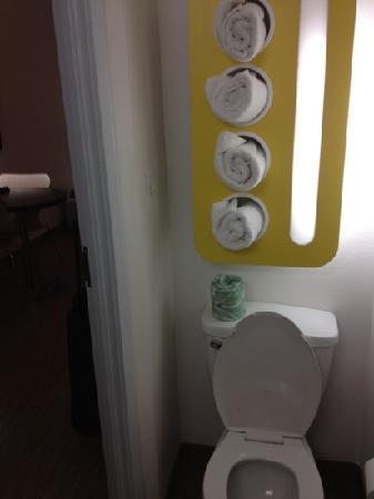 Motel 6 Cleburne: Bathroom.