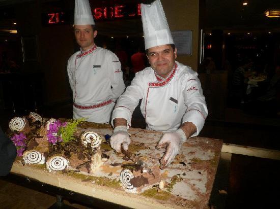Bera Hotel Alanya: chef serving cake