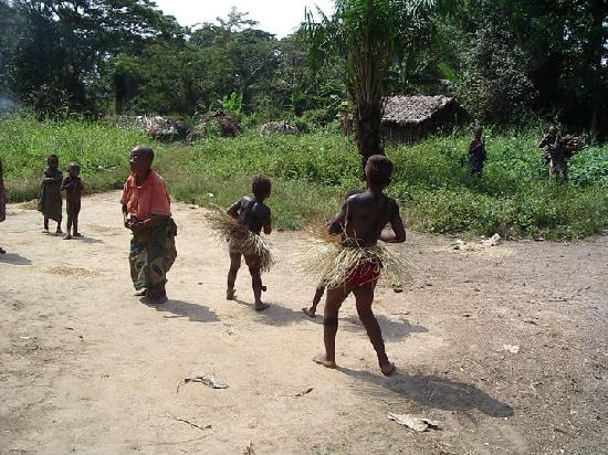 República Democrática del Congo: Pygmy village Dance