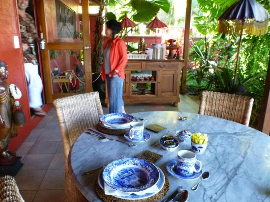 Mai Tai Resort: Breakfast on the front patio every morning