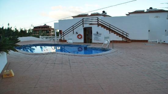 Villa Aurora Apartamentos y Pension: Zona trasera más piscina