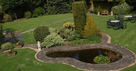 Alveston House Hotel: Enjoy a pre-dinner drink by our pond