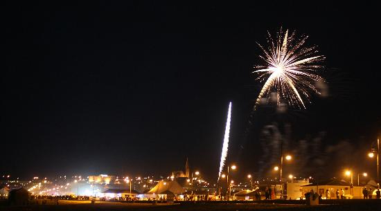Трамор, Ирландия: Fireworks display over Tramore town