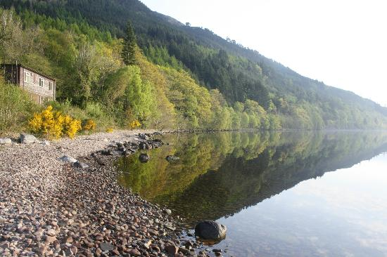 Loch Ness Youth Hostel : Annex building and pebble-stone beach