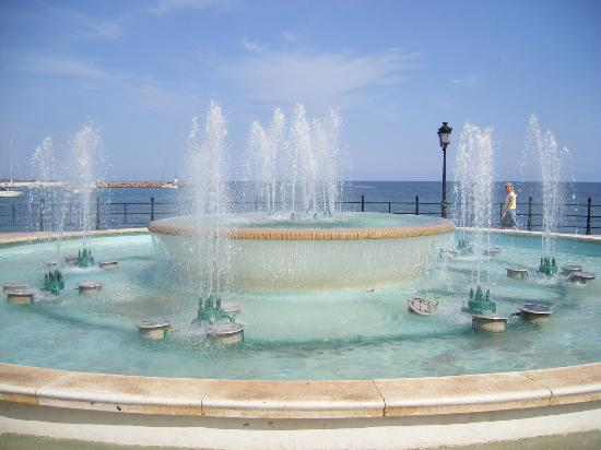 Apartamentos Casa Luis: Fountain on Promenade at Beach