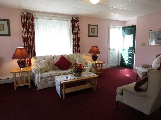 Claddagh Motel & Suites: Livingroom one bedroom suite