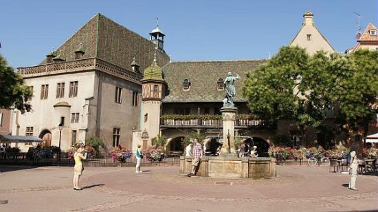 Koifhus (Ancienne douane) : Place de l'Ancienne douane avec la fontaine Schwendi et le Koïfhus