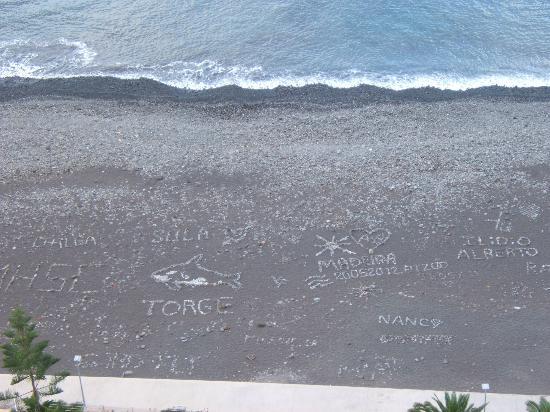 Orca Praia Hotel : plage de galets et sable noir