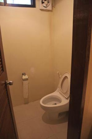 La Luz Beach Resort: The toilet separate from bathroom