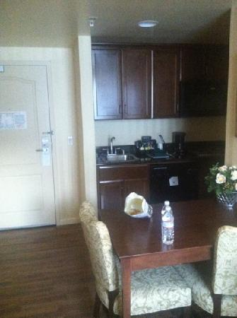 Homewood Suites by Hilton Sacramento Airport-Natomas: room 111 kitchen