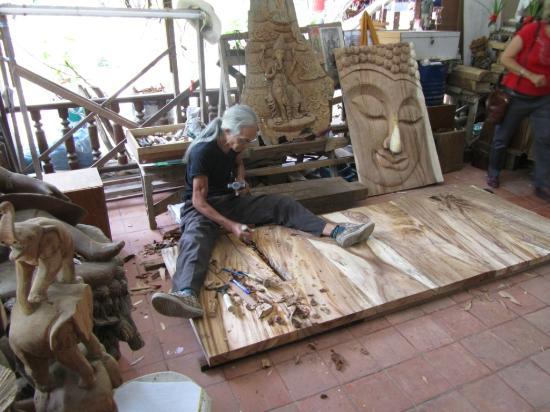 Royal Thai handicraft center: Artist at work