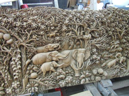 Royal Thai handicraft center: Wood carving detail