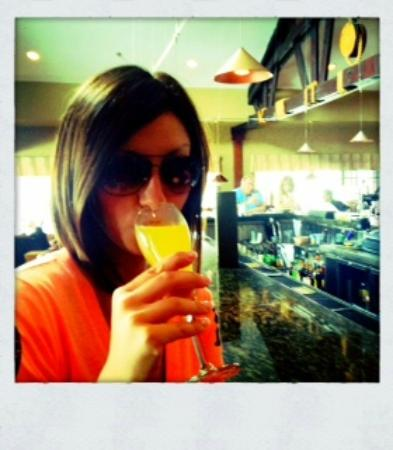 The Crab Trap : Me and my fresh mimosa at the bar