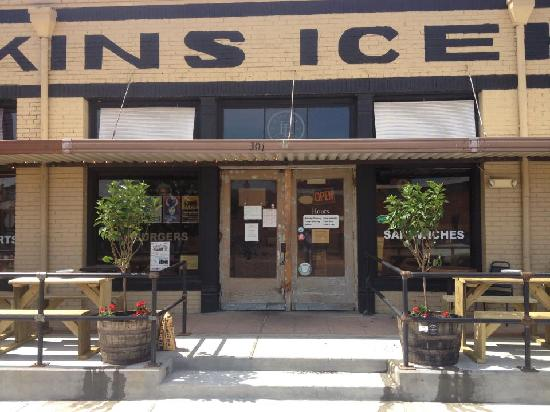 Hopkins Icehouse: entrance with patios on both sides