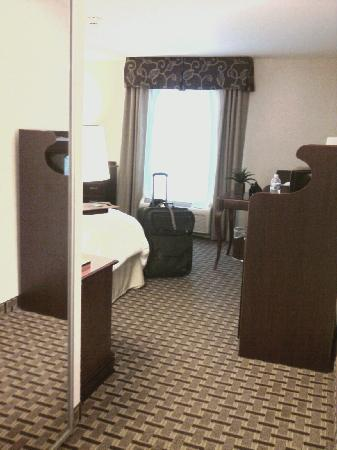 Hampton Inn & Suites Cleveland-Mentor: Entry Into Room