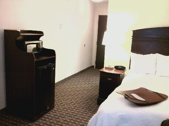 Hampton Inn & Suites Cleveland-Mentor: Microwave/Fridge Stand