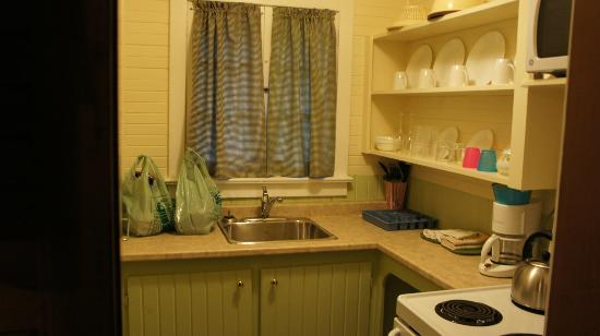 Green Gables Bungalow Court Cottages: Kitchen