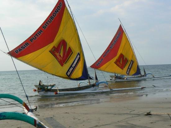 Pasir Putih Beach : pasir putih boats
