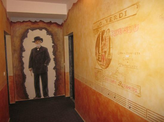 Hotel Nabucco: decoración del pasillo del hotel