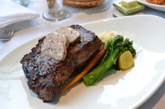 روك ووتر سيكرت كوف ريزورت: Black Pepper Crusted Angus Tenderloin Steak