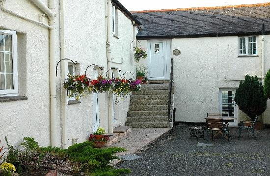 Nanplough Country House & Cottages: The cottage courtyard