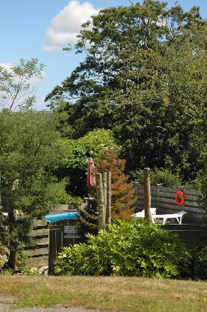 Nanplough Country House & Cottages: Garden looking over the pool