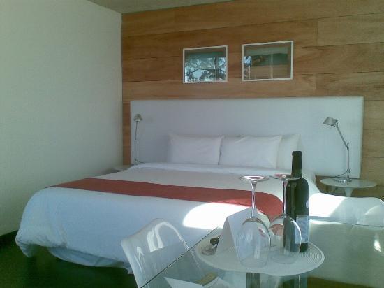Costa Colonia Riverside Boutique Hotel: la cama y el vino de cortesía por las bodas de plata
