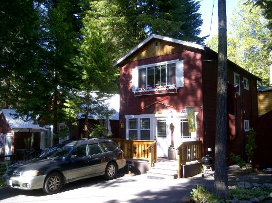 Tahoma Meadows B&B Cottages: We stayed downstairs in this two apartment 1 bedroom cottage w two gas fireplaces and kitchenett