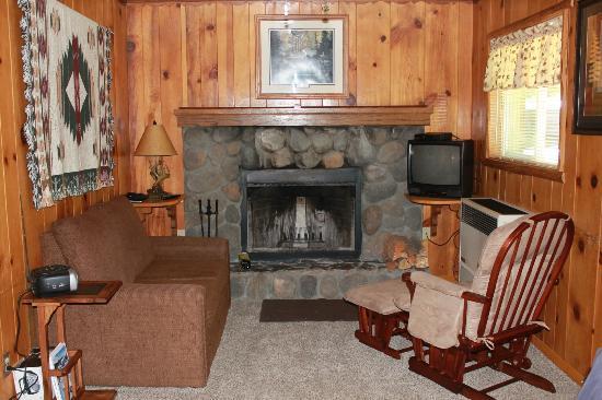 Quail Cove Lakeside Lodge : Livingroom