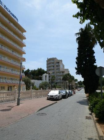 Globales Palmanova: Road infront of hotel