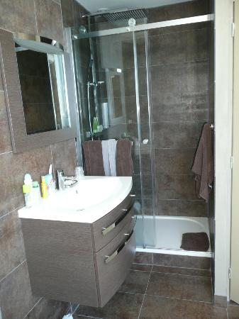 Hotel Richelieu: The beautiful new shower/bedroom in refurbished rm 14 
