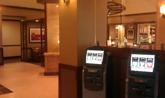 Hyatt Place Perimeter Center: Lobby Area with self serve check-in kiosks