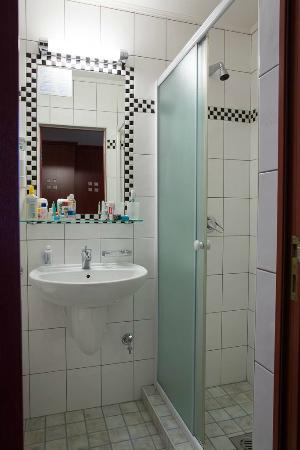 Leo Panzio Hotel: bathroom