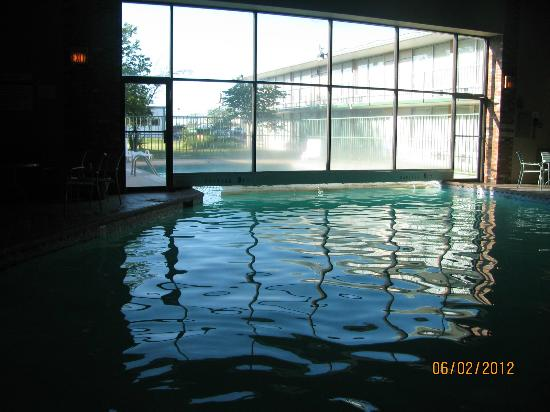 Knights Inn Emporia: This is an indoor/outdoor pool.  Not heated like it says!