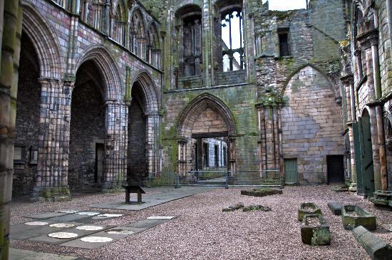 https://media-cdn.tripadvisor.com/media/photo-s/02/85/20/bc/edinburgh-holyroodhouse.jpg