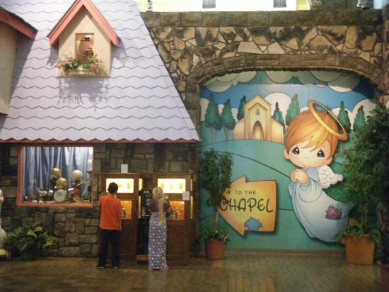 Precious Moments Park: Entrance of the visitor's center right outside the gift shop