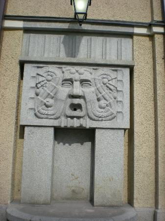 Hameenkatu : архитектурное украшение театра ТТТ, летом здесь фонтанчик