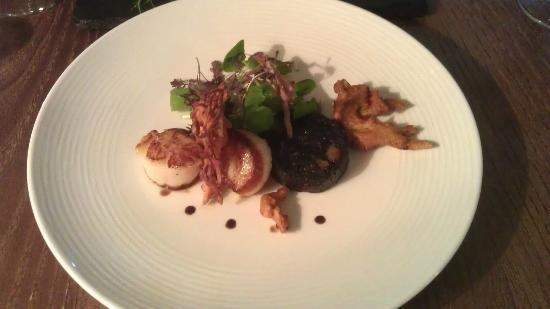The Shoulder at Hardstoft: Starter - Scallops, Black Pudding & Bhajis