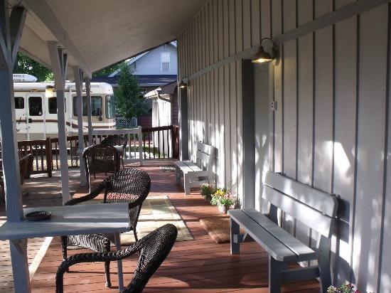 Arbor House Country Inn: Country Inn beneath giant Sycamore trees.