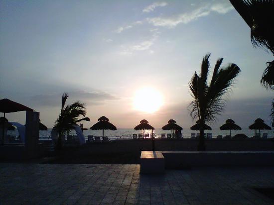 Royal Decameron Punta Sal: La playa vista desde la zona de la piscina