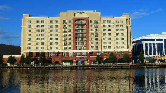 Courtyard by Marriott Gaithersburg Washingtonian Center: View from across the man made lake