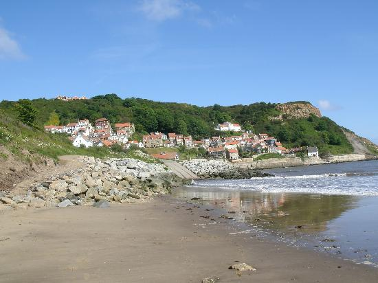 Cliffemount Hotel: Runswick Bay. Cliffemount is right on the top of hill to the left...fantastic views!