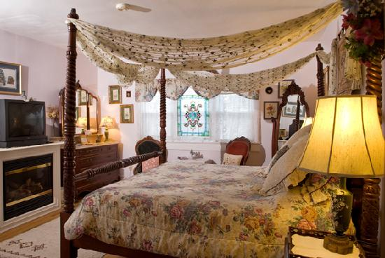Armistead Cottage: Victorian room2