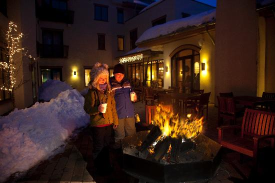 Edelweiss Lodge & Spa: A fire pit in the Edelweiss Courtyard