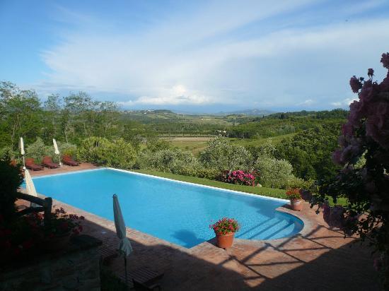 Fattoria Fibbiano: Pool mit Blick Richtung Volterra