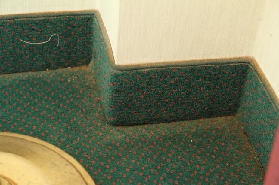 Country Hearth Inn & Suites: Corners need vacuuming too