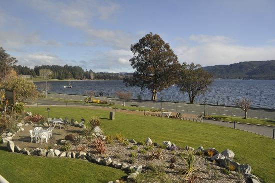 Fiordland Lakeview Motel and Apartments: over the lake from the room