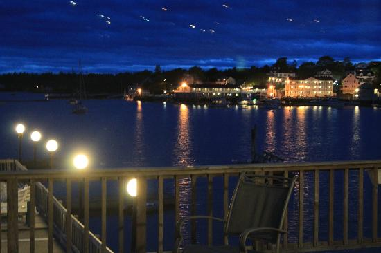 Cap'n Fish's Waterfront Inn: Night view from patio in front of room.