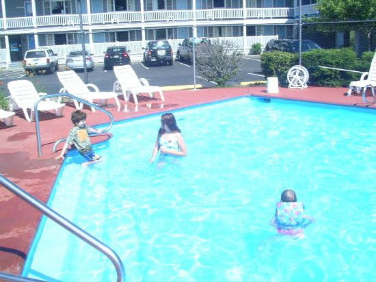 The Grand Beach Inn: fun at the pool